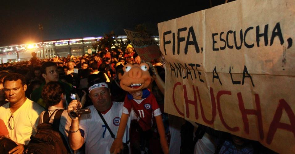 18.jun.2014 - Multidão realiza protesto na saída do jogo entre Chile e Espanha, realizado na Arena Maracanã, no Rio de janeiro, nesta quarta-feira (18)