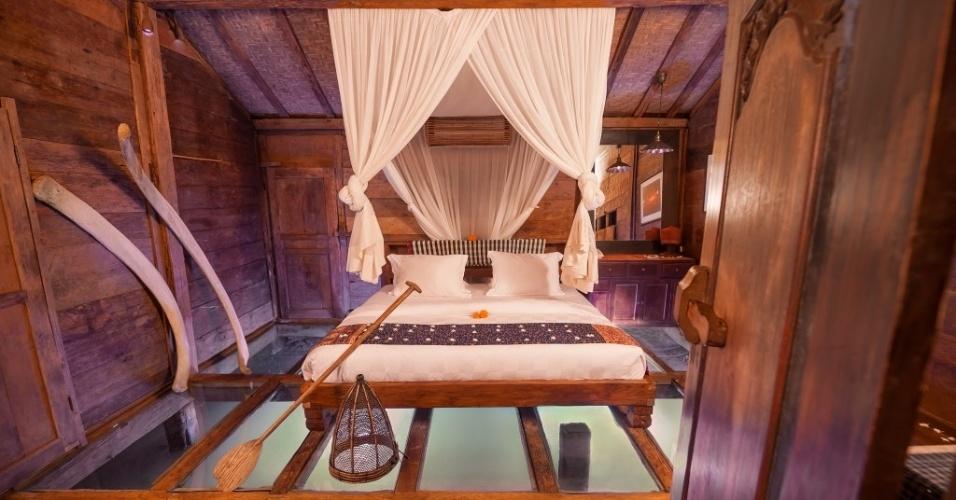 18.jun.2014 - O hotel de luxo Bambu Indah, em Bali, na Indonésia, permite que os hóspedes observem, por debaixo de seus pés, os peixes que transitam pelo lago azul. Não é preciso ficar com medo de cair na água, já que o piso é seguro e foi feito com vidro temperado. O preço para se hospedar nos quartos varia de US$ 200 a US$ 495 por noite