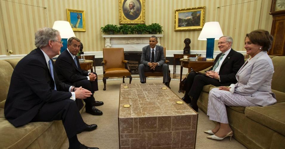 18.jun.2014 - O presidente dos EUA, Barack Obama, reúne-se com líderes do Congresso para discutir a situação do Iraque no salão oval da Casa Branca, em Washington, nesta quarta-feira (18)