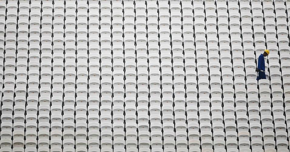 18.jun.2014 - Trabalhador caminha entre os assentos da arena Corinthians, na zona lesta de São paulo, onde os jogadores da seleção do Uruguai realizam o último treino um dia antes do jogo contra a Inglaterra, nesta quarta-feira (18)