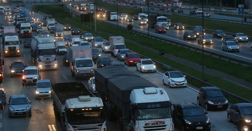 18.jun.2014 - Trânsito na rodovia Castello Branco em São Paulo (SP), no sentido interior e Barueri, é intenso na véspera de feriado de Corpus Christi, nesta quarta-feira (18)