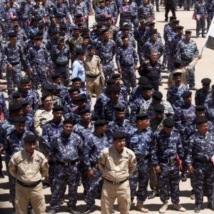18.jun.2014 - Voluntários que se juntaram às forças de segurança iraquianas para lutar contra os insurgentes sunitas se reúnem na cidade de Najaf - Alaa Al-Marjani/ Reuters