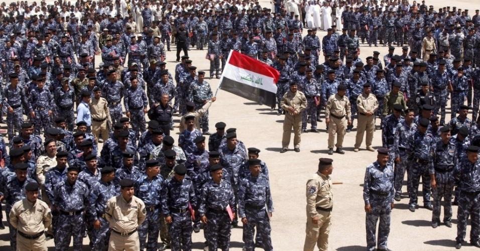 18.jun.2014 - Voluntários que se juntaram às forças de segurança iraquianas para lutar contra os insurgentes sunitas se reúnem na cidade sagrada de Najaf, nesta quarta-feira (18). O Iraque pediu aos Estados Unidos apoio aéreo na luta contra o grupo extremista Estado Islâmico do Iraque e do Levante (EIIL)