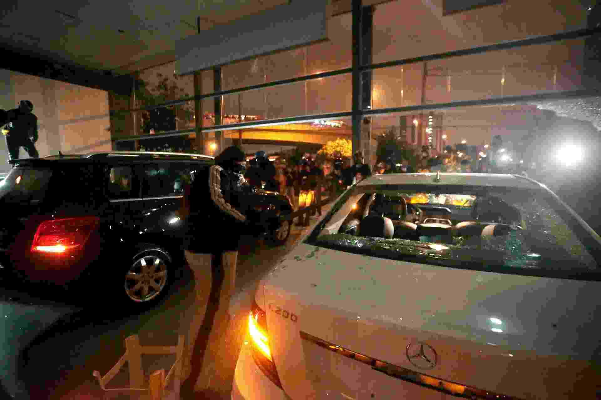 19.jun.2014 - Concessionária de veículos da Mercedes-Benz, localizada na Marginal Pinheiros, zona oeste de São Paulo, foi depredada por um grupo de mascarados que participavam do ato organizado pelo MPL (Movimento Passe Livre) - Fabio Braga/Folhapress