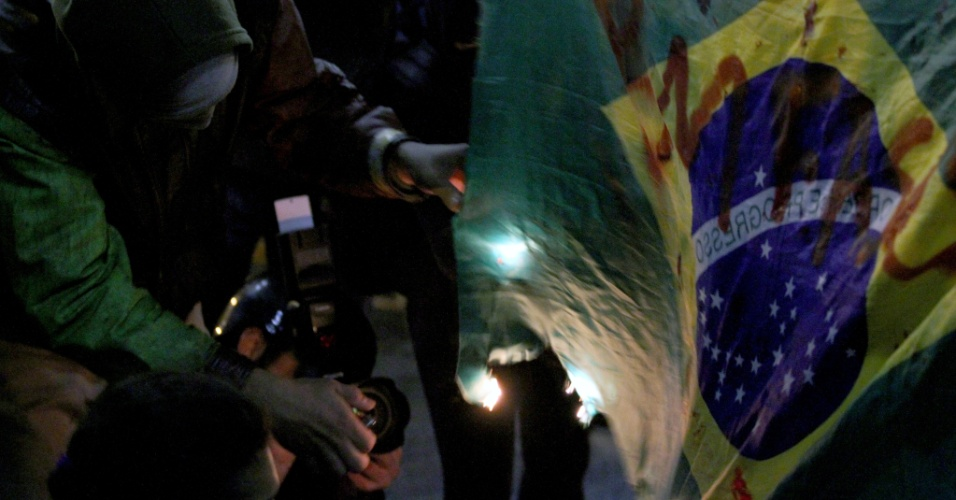 19.jun.2014 - Protesto organizado pelo MPL (Movimento Passe Livre) nesta quinta-feira (19) fechou algumas das principais avenidas da zona oeste de São Paulo. Cerca de 6.000 pessoas participam do ato, segundo os organizadores. Já a Polícia Militar estima em 1.300 o número de manifestantes