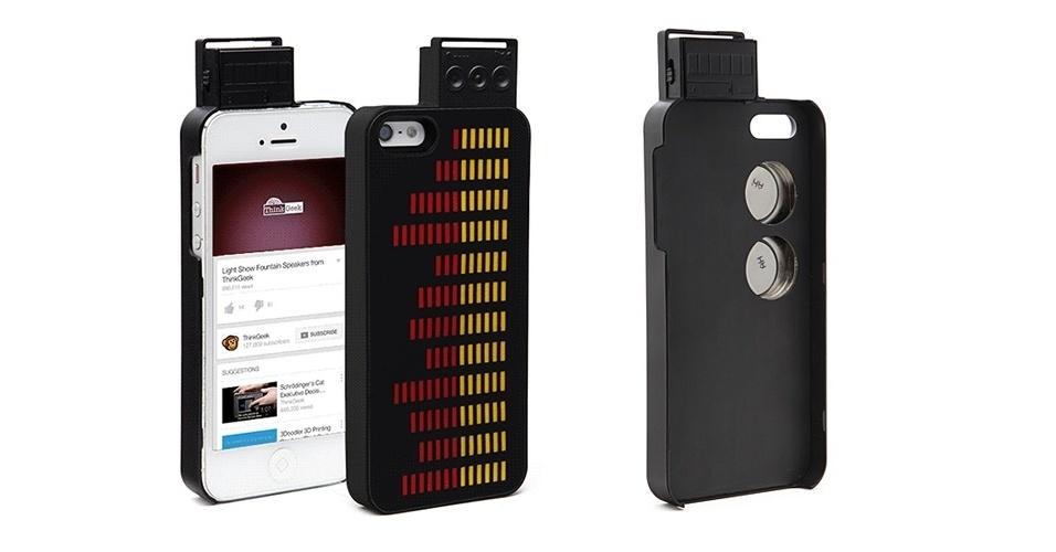 20.jun.2014 - A capa Equalizer para iPhone 5 conta com barras equalizadoras de som. Conforme o áudio ambiente muda, as luzes da capa começam a acender. A alimentação desses leds que ficam na parte traseira é feita por duas baterias, já inclusas na compra do acessório. Compatível com iPhone 5/5s/5c, o gadget está à venda na loja virtual ThinkGeek por US$ 15 (aproximadamente R$ 34)