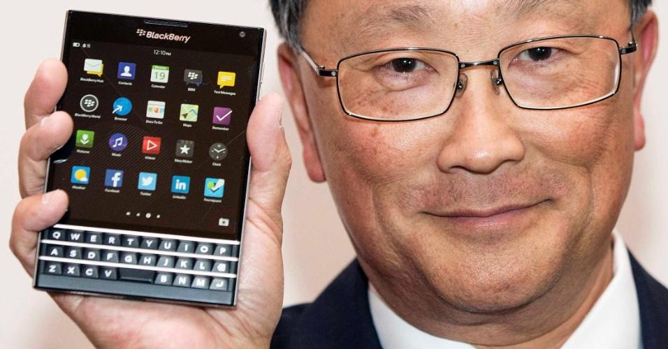 20.jun.2014 - John Chen, diretor-executivo da Blackberry, apresentou durante evento da companhia um novo modelo de smartphone. Chamado Passport, o aparelho tem uma tela de 4,5 polegadas e um teclado físico acoplado. A companhia não deu detalhes sobre as outras especificações do gadget. Apenas disse que o dispositivo começará a ser vendido em setembro deste ano