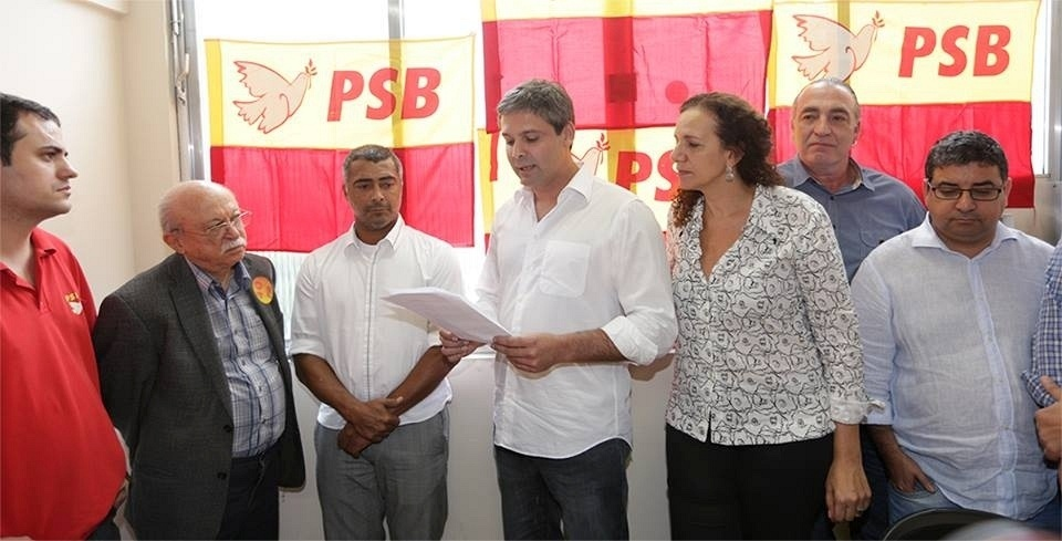 20.jun.2014 - O candidato do PT ao governo do Rio de Janeiro, Lindbergh Farias, fecha apoio a Romário, candidato do PSB ao Senado