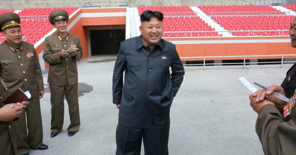 20.jun.2014 - O líder norte-coreano, Kim Jong-un, inspeciona as obras de remodelação do estádio May Day, em Pyongyang