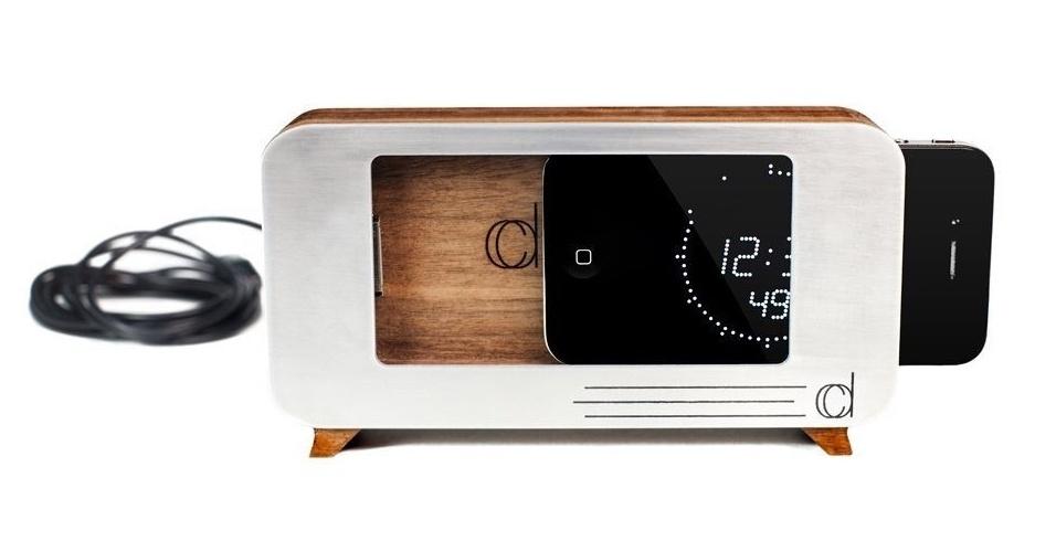 O Cdock é uma base para iPhone 4/4S com visual retrô, que lembra rádios-relógios antigos. Feito de madeira, ele permite que o usuário encaixe seu aparelho nele e possa carregá-lo em uma tomada. Ao adquirir um, segundo a empresa, ele vem com um cabo USB de aproximadamente 15 cm para manter. Na loja virtual da Cdock, o acessório é vendido por US$ 50 (cerca de R$ 112)