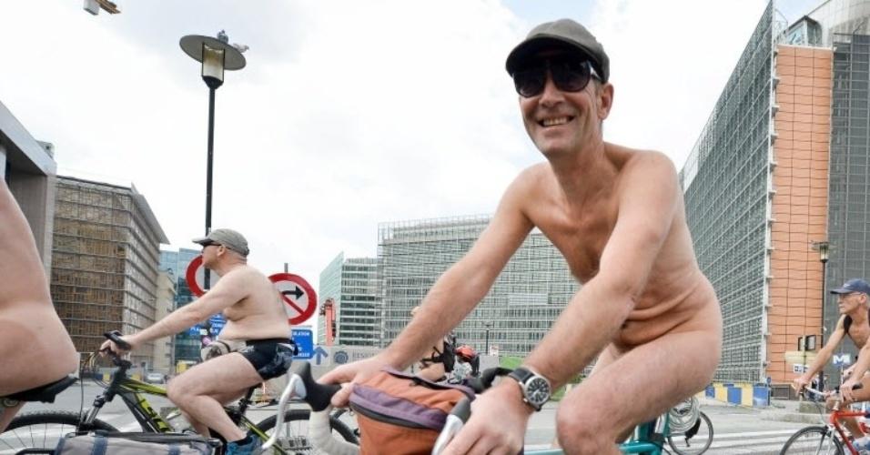21.jun.2014 - Ciclistas participam da Corrida Mundial de Ciclistas Nus, em Bruxelas, na Bélgica. Os ciclistas protestaram contra a dependência do petróleo e a poluição gerada pelo uso do automóveis
