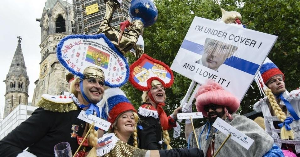 21.jun.2014 - Grupo carrega um cartaz com a foto do presidente russo, Vladimir Putin, que diz: