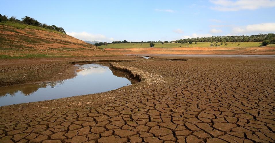 21.jun.2014 - O índice que mede o volume de água armazenado no sistema Cantareira continua em queda neste sábado (21), chegando a 22,3% de sua capacidade total. A imagem mostra o baixo nível da represa reserva Jaguari-Jacareí, na cidade de Vargem, interior de São Paulo e divisa com o sul de Minas Gerais