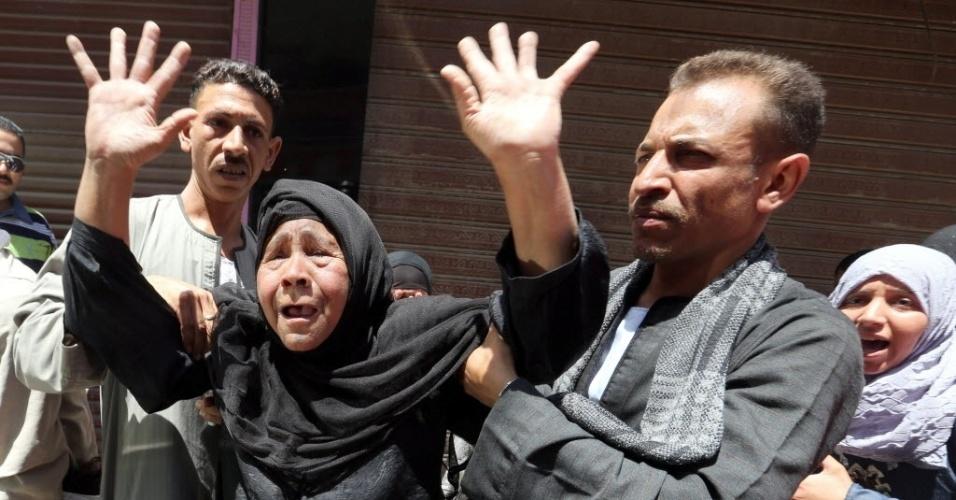 21.jun.2014 - Parentes de egípcios reagem a decisão do tribunal que confirmou neste sábado as condenações à morte contra 183 supostos partidários do presidente islamita Mohamed Mursi, deposto pelo Exército, entre eles o chefe da Irmandade Muçulmana, Mohamed Badie