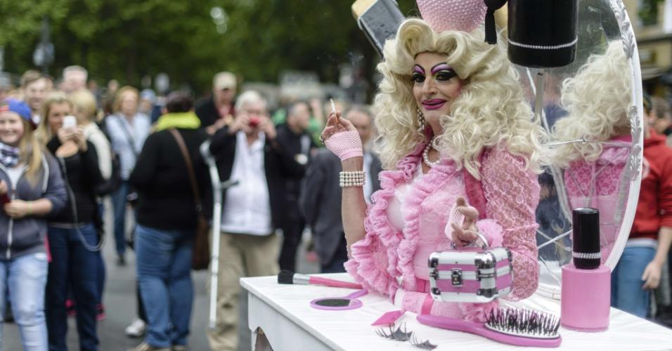 21.jun.2014 - Participante do Christopher Street Day , a parada do orgulho gay de Berlim, usa fantasia durante o desfile