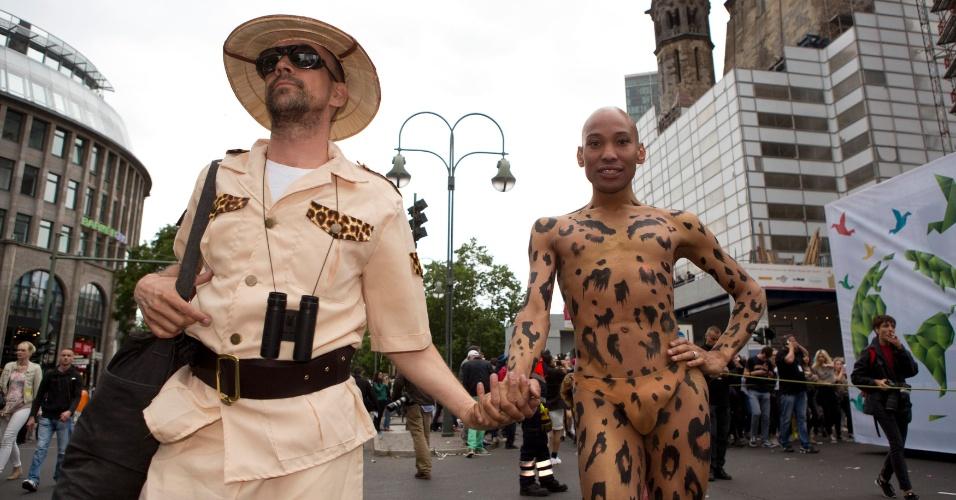 21.jun.2014 - Participantes do Christopher Street Day , a parada do orgulho gay de Berlim, caminham pela Kurfuerstendamm fantasiados como caçador e animal selvagem