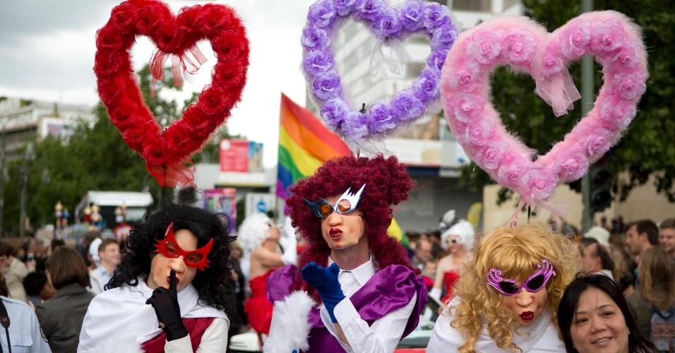 21.jun.2014 - Pessoas participam do Christopher Street Day , a parada do orgulho gay de Berlim