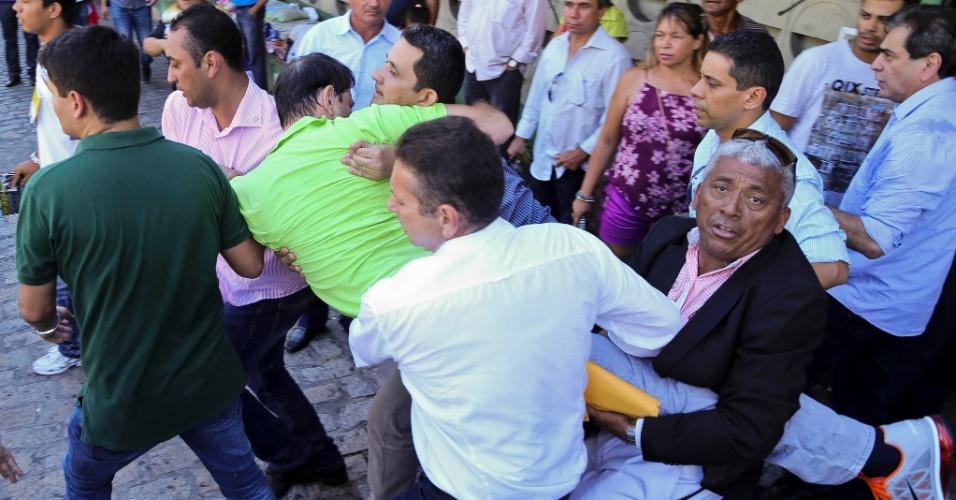 22.jun.2014 - O governador do Ceará, Cid Gomes, passou mal durante uma convenção do Partido Democrático Trabalhista (PDT) em Fortaleza, e deixou o local desmaiado. O governador, de verde na foto, estava discursando quando passou mal, chegou a vomitar e desmaiou. Ele foi levado ao hospital, mas já liberado em seguida