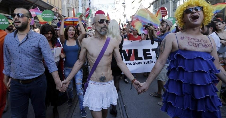22.jun.2014 - Parada Gay reúnem centenas de pessoas na principal avenida comercial de Istambul, na Turquia