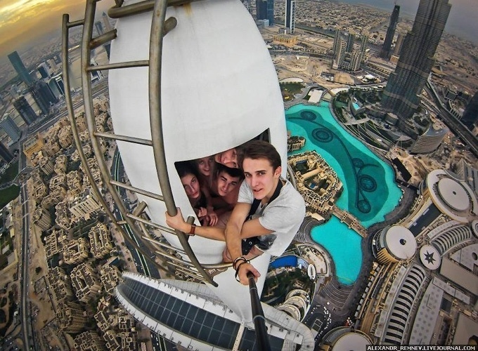 23.jun.2014 - O russo Alexander Remnev publicou em seu Facebook selfies nas alturas que fez durante uma viagem a Dubai, no primeiro semestre de 2014. A imagem acima foi tirada em uma torre que, segundo Remnev, tem 306 metros de altura. Ele usou um acessório para segurar a câmera a distância na hora do clique