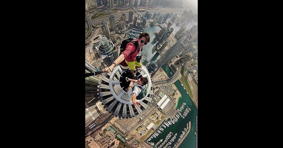 23.jun.2014 - O russo Alexander Remnev publicou em seu Facebook selfies nas alturas que fez durante uma viagem a Dubai, no primeiro semestre de 2014. A imagem acima foi tirada no topo da torre Princess Tower, com cem andares e 414 metros. ''A torre residencial mais alta do mundo'', escreveu Remnev. Ele usou um acessório para segurar a câmera a distância na hora do clique