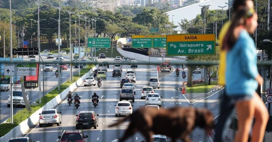 23.jun.2014 - Trânsito flui bem nos dois sentidos da avenida 23 de Maio, na zona sul de São Paulo, na tarde desta segunda-feira (23), pouco antes do jogo em que o Brasil enfrenta Camarões