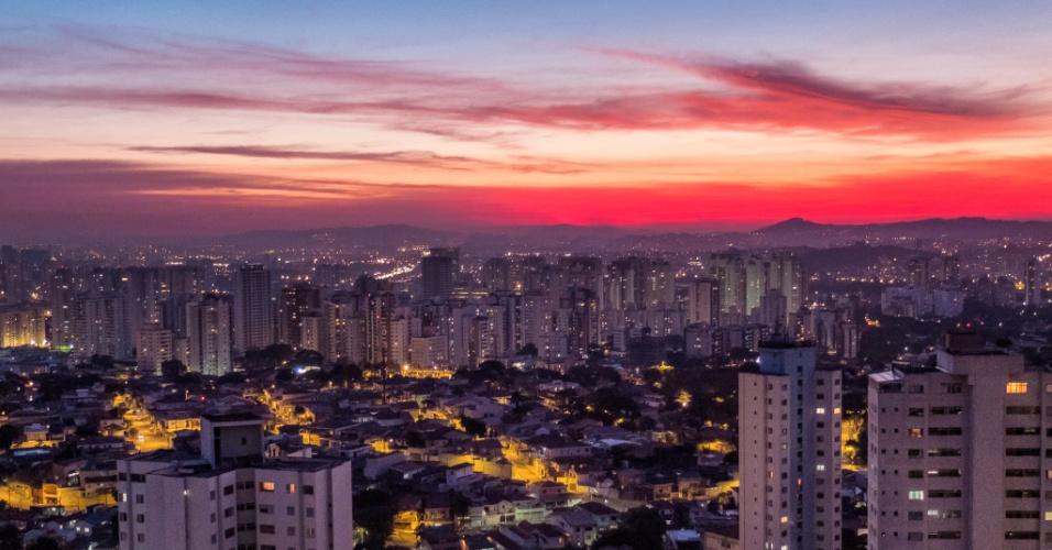 24.jun.2014 - A baixa umidade do ar aumenta a concentração de poluentes na atmosfera da cidade de São Paulo. Das 26 estações da Cetesb na capital paulista, 16 estão com qualidade do ar moderada e uma, de Parelheiros, está com qualidade ruim. Na foto, o pôr do sol na zona oeste de São Paulo nesta terça feira (24)