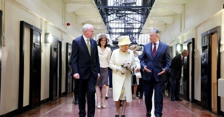 24.jun.2014 - A rainha Elizabeth II e o príncipe Philip visitaram nesta terça-feira (24) uma ex-prisão de Belfast onde eram detidos militantes republicanos e unionistas durante o conflito da Irlanda do Norte