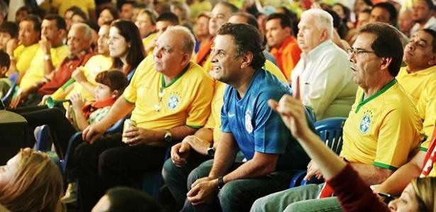 Aécio Neves assiste ao jogo entre as seleções de Brasil e Camarões na Copa do Mundo