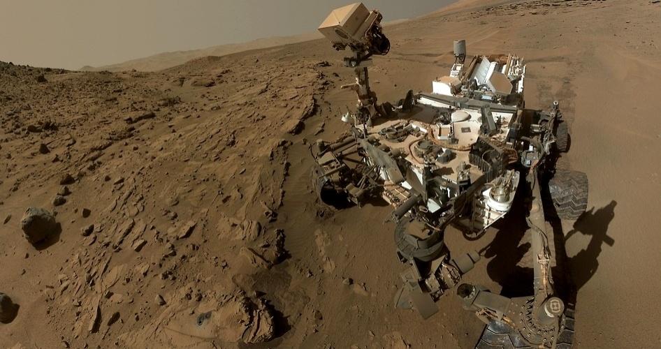 24.jun.2014 - Em imagem não datada, o jipe Curiosity, da Nasa, usa braço biônico e tira uma 'selfie' em solo marciano. O robô completa nesta terça-feira (24) 687 dias terrestres, um ano marciano, investigando nosso planeta vizinho. Cientistas, no entanto, comentam que esperava-se mais da missão, que custou U$ 2,5 bilhões (cerca de R$ 6 bilhões)