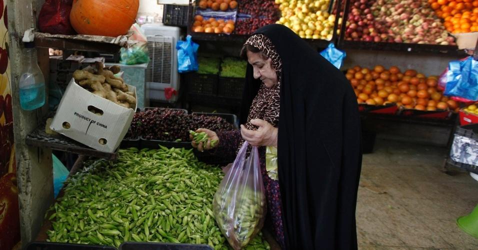 24.jun.2014 - Mulher compra legumes em Bagdá, nesta terça-feira. O secretário de Estado americano, John Kerry, se encontrou com líderes curdos no norte do Iraque