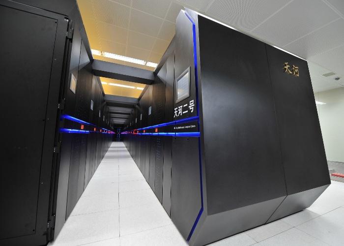 24.jun.2014 - Pela terceira vez consecutiva, o supercomputador chinês Tianhe-2 é considerado o mais poderoso do mundo. A lista TOP500, com as máquinas mais potentes, sai a cada seis meses (o norte-americano Titan foi o último vencedor, em novembro de 2012, antes de o Tianhe-2 chegar à liderança). O chinês atingiu a marca de 33,86 petaflops (quadrilhões de cálculos) por segundo, enquanto o Titan chega a 17,59 petaflops por segundo.  O supercomputador campeão fica na Universidade Nacional de Tecnologia de Defesa da China, na província de Hunan