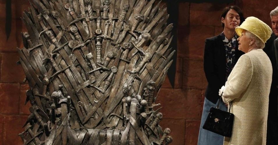 24.jun.2014 - Rainha Elizabeth, da Grã Bretanha, observa o trono de ferro durante reunião no set da série de TV Game of Thrones, em Belfast, Irlanda do Norte