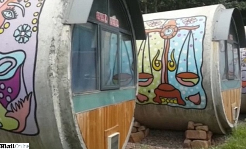 24.jun.2014 - Um empreendedor em Henan, uma província no centro-leste da China, reaproveitou tubos de concreto para construir quartos de um hotel um tanto quanto incomum. Embora um pouco pequenos, os tubos estão se tornando populares entre os hospédes chineses e cada um abriga até duas pessoas. Além de serem decorados por divertidos grafftis na parte externa, os