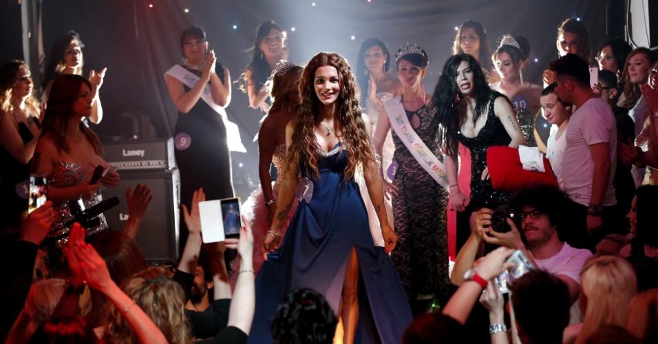 24.jun.2014 - Yanki Bayramoglu (centro) vence concurso de beleza transexual em Istambul, na Turquia. O certame, que aconteceu pela primeira vez no país, foi organizado para celebrar o Dia Internacional do Orgulho Gay no país em 28 de junho
