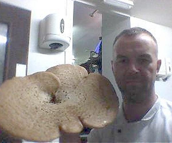 Facebook: foto postada por funcionários (2014). O chef de cozinha Scott Mcmillan (foto), 39, perdeu seu emprego em um hotel do bilionário Donald Trump por causa de uma foto publicada no Facebook. A postagem foi feita por funcionários da cozinha do Golf Links (Escócia), que assaram um pão em formato de pênis e divulgaram rede social. Mcmillan estava de folga, mas mesmo assim foi demitido. Segundo o ''Daily Mail'', um porta-voz disse que o hotel não tolera nenhum tipo de falta de profissionalismo