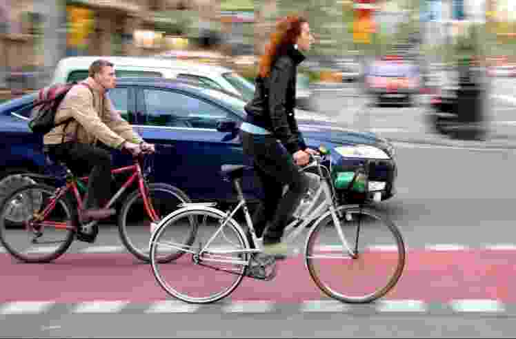 Em Barcelona, na Espanha, as ciclofaixas são pintadas de vermelho para se diferenciar do resto da pista - Colville Andersen
