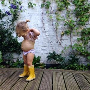 Marlow, de 18 meses, aparece na foto removida; mãe voltou a postar a imagem e teve o perfil bloqueado - Reprodução/Babyccino Kids