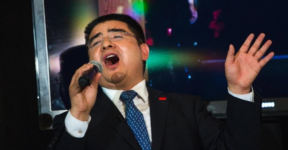 """O chinês Chen Guangbiao, empresário do ramo de demolições, canta """"We are the World"""" para convidados"""