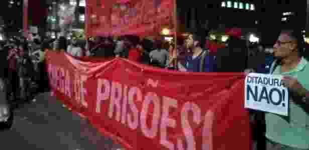 Manifestantes na avenida Paulista em protesto contra a prisão de dois ativistas  - Guilherme Balza/UOL