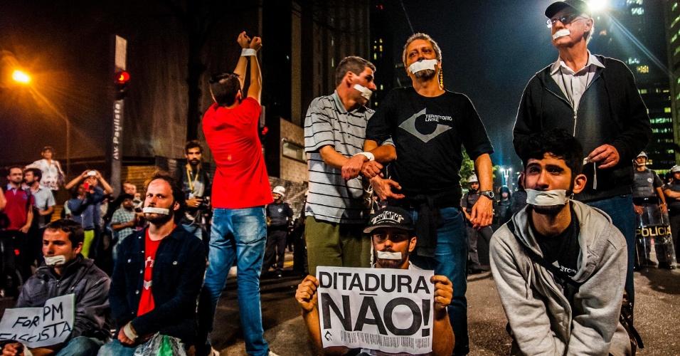 26.jun.2014 - Manifestantes de várias organizações fazem ato na avenida Paulista, na região central de São Paulo, na noite desta quinta-feira (26), contra as prisões do estudante e servidor da USP (Universidade de São Paulo) Fábio Hideki Harano, 26, e o professor Rafael Marques Lusvarghi, 29. Cerca de 300 pessoas participam da mobilização