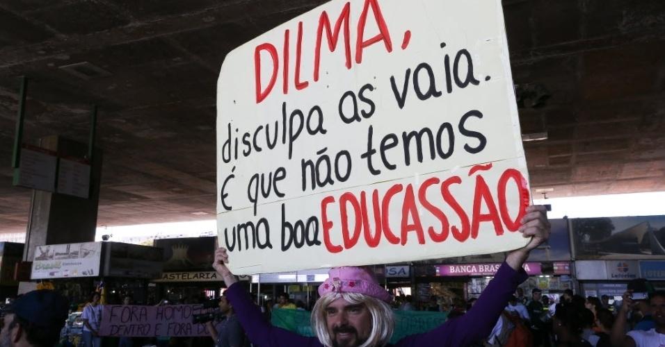 """26.jun.2014 - Manifestantes erguem faixa durante protesto contra a Copa do Mundo, homofobia e pelo direito das mulheres, realizado pelo movimento """"Copa das Manifestações"""", nesta quinta-feira (26), em Brasília"""