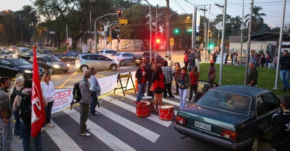 26.jun.2014 - Manifestantes fecharam na manha desta quinta-feira (26) o acesso da Cidade Universitária, no bairro do Butantã, em São Paulo, em protesto contra a prisão de Fabio Hideki Harano, preso durante uma manifestação na avenida Paulista
