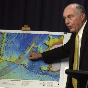 26.jun.2014 - O vice-primeiro-ministro australiano, Warren Truss, exibe mapa com a nova área de busca pelo voo MH370 - Alan Porritt/Efe