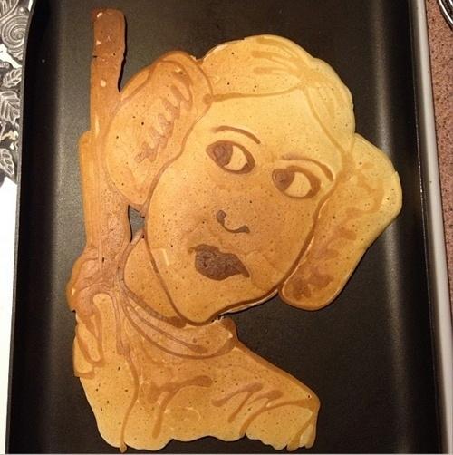 O escritor e cartunista Kevin Blankenship, de Oklahoma (EUA), usa panquecas para desenhar personagens dos quadrinhos. A ideia surgiu quando ele se tornou pai: Blankenship diz que os dois filhos escolhem quais personagens querem de café da manhã. As panquecas podem ser vistas em http://instagram.com/kevin_blankenship. Acima, a princesa Leia, de ''Guerra nas Estrelas''