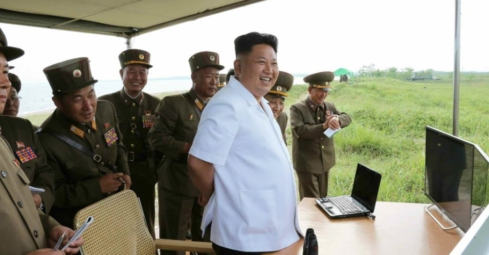 27.jun.2014 - Ditador norte-coreano, Kim Jong-un, participa doe testes com mísseis em área não identificada da Coreia do Norte. A imagem foi divulgada nesta sexta-feira (27), um dia depois que a Coréia do Sul encontrou projéteis de curto alcance em suas águas