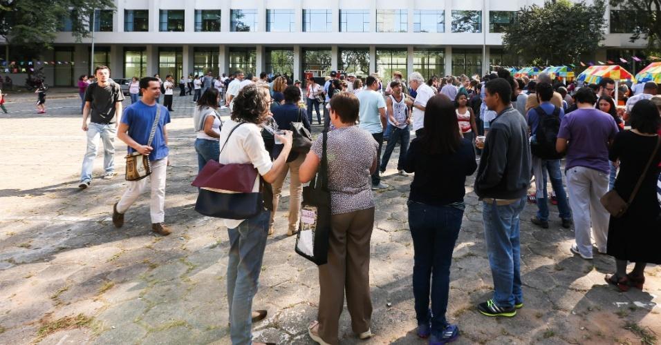 """27.jun.2014 - Professores e funcionários da USP participam do """"arraial da greve"""", festa junina organizada pela Associação de Docentes da instituição. Em greve desde o dia 27 de maio, a Adusp (sindicato dos docentes da USP) pede um aumento de cerca de 10%."""