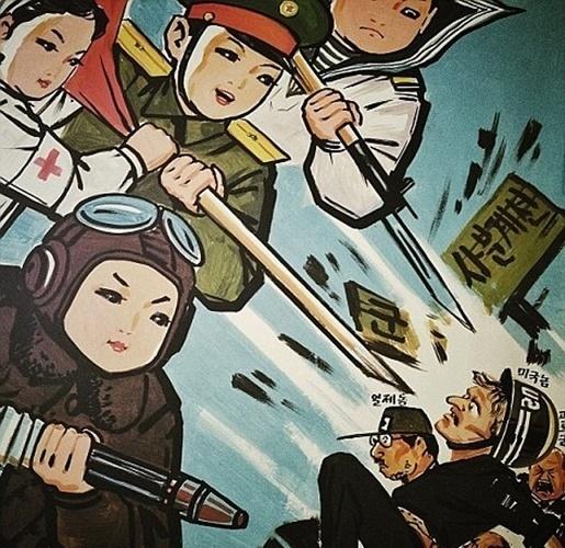 27.jun.2014 - Propaganda em ilustração pedurada em uma sala de jardim de infância em Pyongyang mostra crianças norte-coreanas vestidas com uniformes oficiais das forças armadas atacando soldados americanos, japoneses e sul-coreanos. Fotos publicadas no Instagram pessoal do chefe da agência Associated Press na Ásia, David Guttenfelder, revelam cenas do dia a dia dos norte-coreanos. Usando uma câmera de telefone, o premiado fotógrafo fez uma série de imagens íntimas que mostram além do que é divulgado sobre a Coreia do Norte por Kim Jong-Un