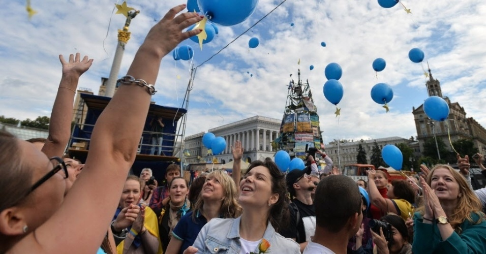 27.jun.2014 - Ucranianos comemoram acordo de livre comércio assinado com a União Europeia