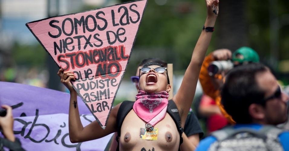 28.jan.2014 - Uma mulher segura cartaz enquanto grita palavras de ordem, durante passeata do orgulho gay na capital mexicana, neste sábado (28). Mais de 10 mil pessoas participaram do evento
